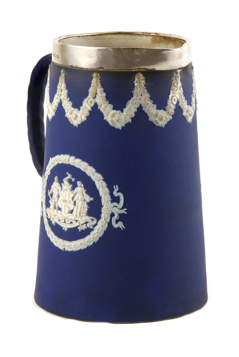Кувшин для воды в стиле Wedgwood. Яшмовый фарфор (джаспер), белый металл. Великобритания, Tunstall, начало ХХ века