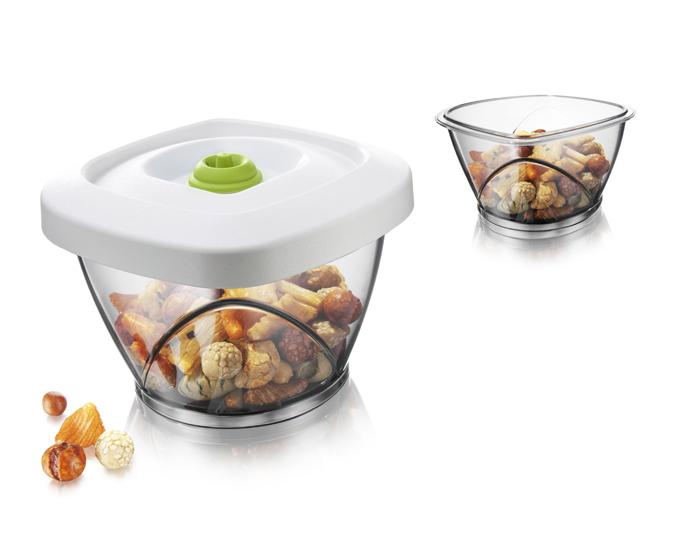 """Вакуумный контейнер VacuVin """"Saver"""", выполненный из высококачественного пищевого пластика, позволяет сохранять аромат и вкус ваших любимых продуктов. Под воздействием воздуха чай, кофе и другие сухие продукты быстро портятся, отсыревают, утрачивают свой вкус и аромат. Вакуумный насос (не входит в комплект) отсасывает воздух из контейнера, создавая вакуум для оптимальных условий хранения.  Вакуумный контейнер VacuVin """"Saver"""" рекомендуется для продуктов, портящихся от влажного воздуха: бисквитов, чипсов, макарон, зерна, крупы, кофе, чая.  Контейнер можно мыть в посудомоечной машине. Характеристики:  Материал: пластик, резина. Цвет: белый. Объем контейнера: 0,65 л. Размер контейнера: 14,5 см х 14,5 см х 10 см. Артикул: 2871060."""