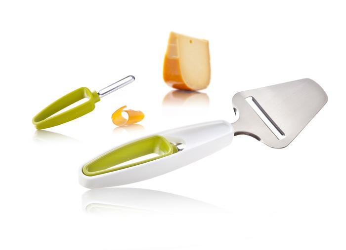 Набор VacuVin Cheese Slicer & Rind Peeler для резки сыра ломтиками и удаления корки, 2 предмета4654660Набор VacuVin Cheese Slicer & Rind Peeler сделает нарезку сыра простой и безопасной. Набор состоит из ножа для сыра и ножа для корки. Сначала используйте срезатель корки, удобно хранящийся внутри ручки ножа для сыра, чтобы удалить корку. Затем снова вставьте срезатель корки в ручку ножа и нарежьте сыр ломтиками. Благодаря хранению в сложенном виде, два удобных инструмента всего будут вместе у вас под рукой. Предметы набора можно мыть в посудомоечной машине. Характеристики:Материал: металл, пластик. Цвет: белый, зеленый. Общая длина ножа для сыра: 24 см. Длина лезвия ножа для сыра: 5 см. Общая длина ножа для корки: 14 см. Длина лезвия ножа для корки: 4,5 см. Артикул: 4654660.