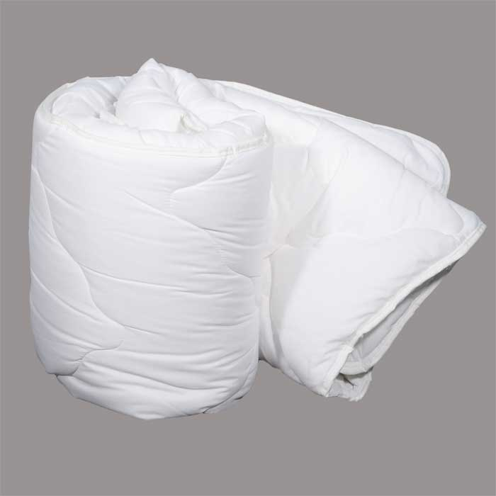 Одеяло Dargez Идеал Голд классическое, наполнитель: Эстрелль, 200 см х 220 см26(15)58Классическое одеяло Dargez Идеал Голд представляет собой чехол из хлопка и полиэстера с наполнителем Эстрелль из полого силиконизированного волокна. Особенности одеяла Dargez Идеал Голд: - обладает высокими теплозащитными свойствами; - гипоаллергенно: не вызывает аллергических реакций; - воздухопроницаемо: обеспечивает циркуляцию воздуха через наполнитель; - быстро сохнет и восстанавливает форму после стирки; - не впитывает запахи; - имеет удобную форму; - экологически чистое и безопасное для здоровья; - обладает мягкостью и одновременно упругостью.Одеяло вложено в текстильную сумку-чехол зеленого цвета на застежке-молнии, а специальная ручка делает чехол удобным для переноски. Характеристики:Материал чехла: 50% хлопок, 50% полиэстер. Наполнитель: Эстрелль - пласт из полого силиконизированного волокна (100% полиэстер). Размер одеяла: 200 см х 220 см. Масса наполнителя: 1,8 кг. Размер упаковки: 60 см х 45 см х 26 см. Артикул: 26(15)58. Торговый Дом Даргез был образован в 1991 году на базе нескольких компаний, занимавшихся производством и продажей постельных принадлежностей и поставками за рубеж пухоперового сырья. Благодаря опыту, накопленным знаниям, стремлению к инновациям и развитию за 19 лет компания смогла стать крупнейшим производителем домашнего текстиля на территории Российской Федерации. В основу деятельности Торгового Дома Даргез положено стремление предоставить покупателю широкий выбор высококачественных постельных принадлежностей и текстиля для дома, которые способны создавать наилучшие условия для комфортного и, что немаловажно, здорового сна и отдыха.