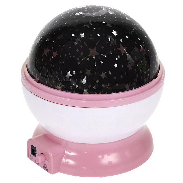 Ночник-проектор Звездное небо, вращающийся, цвет: розовый94676Ночник-проектор Звездное небо - это удивительный прибор для создания ясного ночного неба прямо у вас в комнате. Ночник проецирует созвездия на стены и потолок помещения. Включив проектор, вы увидите, как на стенах и потолке вашей комнаты отражаются тысячи звезд! Максимальный эффект от ночника достигается в условиях полного затемнения. Характеристики:Цвет: розовый. Материал: пластик. Диаметр ночника: 10 см. Размер упаковки: 11 см х 12 см х 11 см. Артикул: 94676. Работает от USB-кабеля (в комплекте) или 4 батареек ААA 1.5V (не входят в комплект).