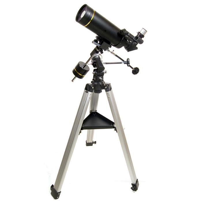 Levenhuk Skyline PRO 80 MAK телескоп30075Levenhuk Skyline PRO 80 MAK – «младшая» модель профессиональной серии телескопов Skyline PRO, выполненная на основе зеркально-линзовой системы Максутова-Кассегрена. Такие телескопы отличает компактность трубы и высокое качество передаваемых изображений. В большей степени модель ориентирована на наблюдения далеких космических объектов, таких как скопления и двойные звезды, туманности и галактики. Впрочем, любитель планетных исследований также будут приятно удивлены возможностями 80-мм объектива. Прибор установлен на устойчивую экваториальную монтировку немецкого типа. Levenhuk Skyline PRO 80 MAK – прекрасный инструмент для «полевых» загородных исследований, малый вес и компактные размеры без труда позволят Вам взять его с собой для наблюдений под темным загородным небом.Линзовые поверхности телескопа имеют просветляющее покрытие, которое обеспечивает максимальное светопропускание, а отражающие – защитный слой, увеличивающий срок их службы. Очень компактная и легкая алюминиевая труба установлена на экваториальную монтировку, оснащенную ручками точных движений и допускающую установку электропривода часовой оси. Такая монтировка имеет специальные координатные круги, с помощью которых, после несложной настройки, можно находить объекты по их экваториальным небесным координатам, а также сопровождать суточное движение объекта вращением только одной ручки. Тренога регулируется по высоте и имеет удобную полочку для принадлежностей. На выходной втулке имеется стандартная Т-резьба, которая, через дополнительное переходное кольцо, позволяет присоединять к телескопу зеркальную фотокамеру и производить съемку Луны и других ярких объектов.Серия Levenhuk Skyline PRO создавалась для подготовленных и требовательных наблюдателей. В ней собраны различные модели телескопов, объединенные идеей максимальной полезной отдачи от инструмента, как для визуальных, так и для фотографических наблюдений, а также надежности в эксплуатации, что достигается при