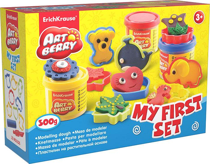 Набор для лепки (на растительной основе) My First Set, 3 цвета30364Пластилин на растительной основе My First Set - увлекательная игрушка, развивающая у ребенка мелкую моторику рук, воображение и творческое мышление. Пластилин легко разминается, не липнет к рукам и рабочей поверхности, не пачкает одежду. Цвета смешиваются между собой, образуя новые оттенки. Пластилин застывает на открытом воздухе через 24 часа. Набор содержит пластилин 3 цветов (синего, желтого, красного), 8 объемных формочек, валик, стек. Пластилин каждого цвета хранится в отдельной пластиковой баночке. С пластилином на растительной основе My First Set ваш ребенок будет часами занят игрой. Характеристики:Общий вес пластилина: 300 г. Средний размер формочек: 5,5 см x 5,5 см x 1 см. Длина стека: 11,5 см. Длина валика: 9 см. Размер упаковки: 19,5 см x 14 см x 5,5 см. Изготовитель: Россия.УВАЖАЕМЫЕ КЛИЕНТЫ! Обращаем ваше внимание на возможные изменения, связанные с ассортиментом продукции: дизайн упаковки может отличаться от представленного на изображении. Поставка осуществляется в зависимости от наличия на складе.