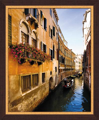 Постер в раме Венеция, 40 x 50 смSG 13Картина для интерьера (постер) - современное и актуальное направление в дизайне любых помещений. Постер Венеция может использоваться для оформления множества интерьеров: дома, офиса (комната переговоров, холл, кабинет), бара, кафе, ресторана или гостиницы.Постер в раме является отличным подарком.Постеры, представленные компанией ПостерМаркет, собраны вручную из лучших импортных комплектующих, надежно упакованы в пленку с противоударными уголками. Характеристики:Материал: бумага, пластик, ДВП. Размер постера (без рамы): 40 см x 50 см. Размер постера (с учетом рамы): 46 см х 56 см х 1 см. Производитель: Россия. Артикул: SG 13.
