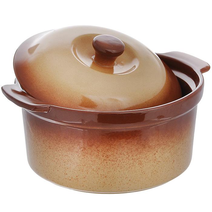 Горшок для запекания Pekorino, 1,2 лGL9004Горшок для запекания Pekorino с крышкой выполнен из керамики с эмалированным глянцевым покрытием. Керамика обеспечивает оптимальное распределение тепла и пригодна для использования в микроволновых печах, морозильных камерах, духовках и для мытья в посудомоечной машине. Блюда, приготовленные в керамическом горшке, получаются нежными и сочными. Вы сможете приготовить мясо, сделать томленые овощи и все это без капли масла. Это один из самых здоровых способов готовки. Характеристики:Материал: керамика. Цвет: светло-коричневый. Объем: 1,2 л. Диаметр горшка по верхнему краю: 17 см. Высота стенок горшка: 9 см. Размер упаковки: 19 см х 19 см х 10 см. Артикул: 588-028.