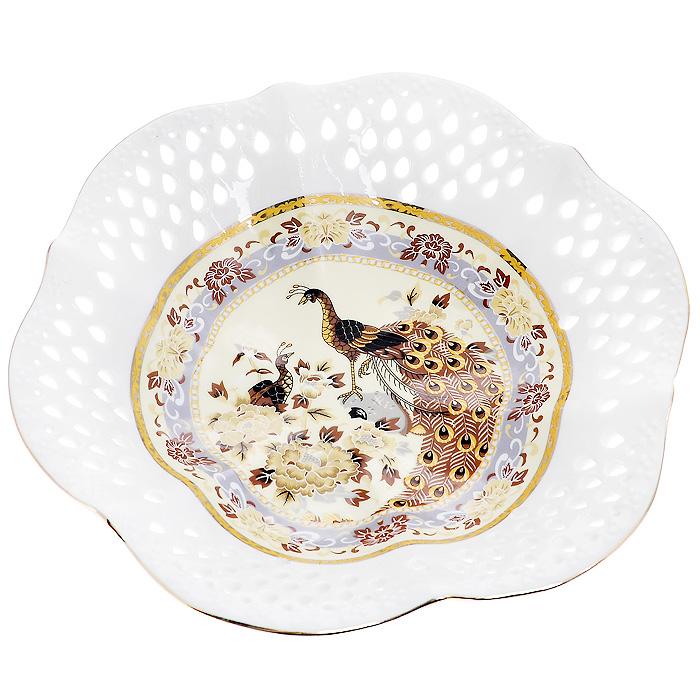 Блюдо Павлин на бежевом, диаметр 20 см545-649Изящное блюдо, выполненное из высококачественного фарфора белого цвета, декорировано золотистой каймой и изображением павлина на бежевом фоне. Оно предназначено для красивой сервировки стола. Изящный дизайн придется по вкусу и ценителям классики, и тем, кто предпочитает утонченность и изысканность. Характеристики: Материал:фарфор. Диаметр блюда: 20 см. Высота блюда: 4,5 см.Размер упаковки: 21 см х 21 см х 5 см.Артикул: 545-649.