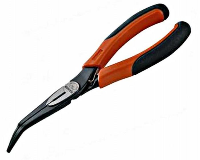 Плоскогубцы с удлиненными изогнутыми губками Bahco2427 G-160Плоскогубцы Bahco используются при ремонте, небольшом строительстве для работы с проводами, кабелем или проволокой. Рабочая часть выполнена из хромванадиевой стали, губки загнуты под углом 60°. Обработанные с высокой точностью тонкие губки с насечкой обеспечивают хороший захват детали и позволяют работать в ограниченном пространстве. Закаленная режущая кромка дольше остается острой. Острые режущие кромки пригодны для резки мягких материалов, к примеру медной проволоки и электропроводки с изоляцией. Литые рукоятки не скользят в руке, что удобно при длительном использовании. Характеристики: Отделка: Чернение, антикоррозионное покрытие. Материал: Хром-ванадиевая сталь. Размер инструмента: 5,5 см х 1,7 см х 17,4 см. Размер в упаковке: 7,5 см х 1,7 см х 17,5 см.