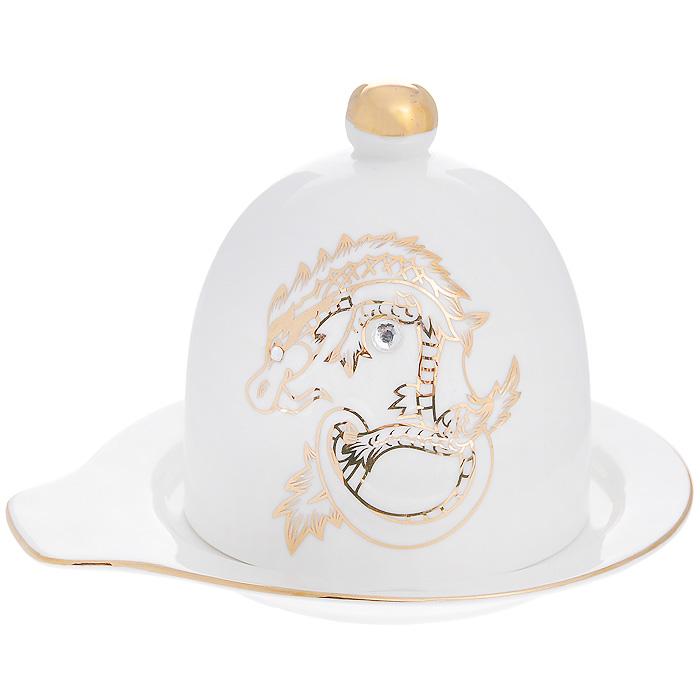 Лимонница Золотой талисман, цвет: белый595-091Лимонница Золотой талисман, выполненная из высококачественного фарфора, предназначена для красивой сервировки и хранения лимонов. Изделие украшено рельефным изображением в виде дракона золотистого цвета и оформлено стразами. Лимонница состоит из блюдца и крышки с ручкой. Блюдце имеет специальные выемки, благодаря которым крышка легко на него устанавливается. Такая лимонница станет отличным дополнением к вашему кухонному инвентарю. Лимонница упакована в подарочную коробку, задрапированную атласной тканью коричневого цвета. Характеристики:Материал: фарфор, стразы. Цвет: белый. Размер блюдца: 13,5 см х 12 см. Диаметр крышки: 8 см. Высота крышки: 9 см. Размер упаковки: 16 см х 13 см х 13 см. Артикул: 595-091.
