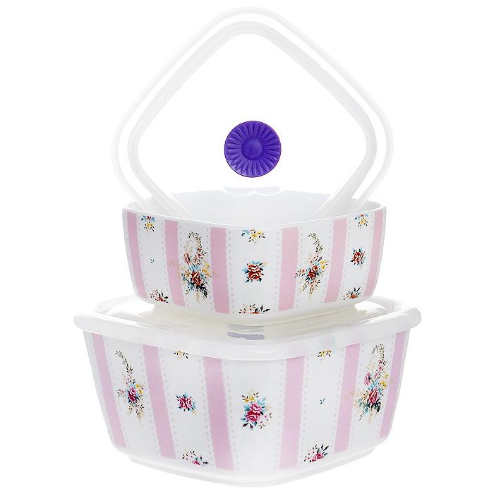 Набор емкостей Розовый муар с крышками, цвет: белый, 2 шт574-525Набор Розовый муар состоит из двух квадратных емкостей с крышками. Изделия выполнены из высококачественного фарфора и оформлены изящным цветочным рисунком. Емкости оснащены пластмассовыми вакуумными крышками с внутренним силиконовым уплотнительным кольцом.Емкости можно использовать для хранения и приготовления пищевых продуктов, а также в качестве салатников или посуды для сервировки.Кроме того, изделия имеют разный объем, поэтому для удобства хранения их можно складывать друг в дружку по принципу матрешки. Можно использовать в СВЧ-печи и холодильнике. Можно мыть в посудомоечной машине.Яркий дизайн и необыкновенная функциональность набора Розовый муар позволит ему стать достойным дополнением к вашему кухонному инвентарю. Характеристики:Материал: фарфор, пластик, силикон. Цвет: белый, розовый. Комплектация: 2 шт. Размер большой емкости: 15 см х 15 см х 7,5 см. Размер маленькой емкости: 12 см х 12 см х 5 см. Размер упаковки: 16,5 см х 16,5 см х 8,5 см. Артикул: 574-525.