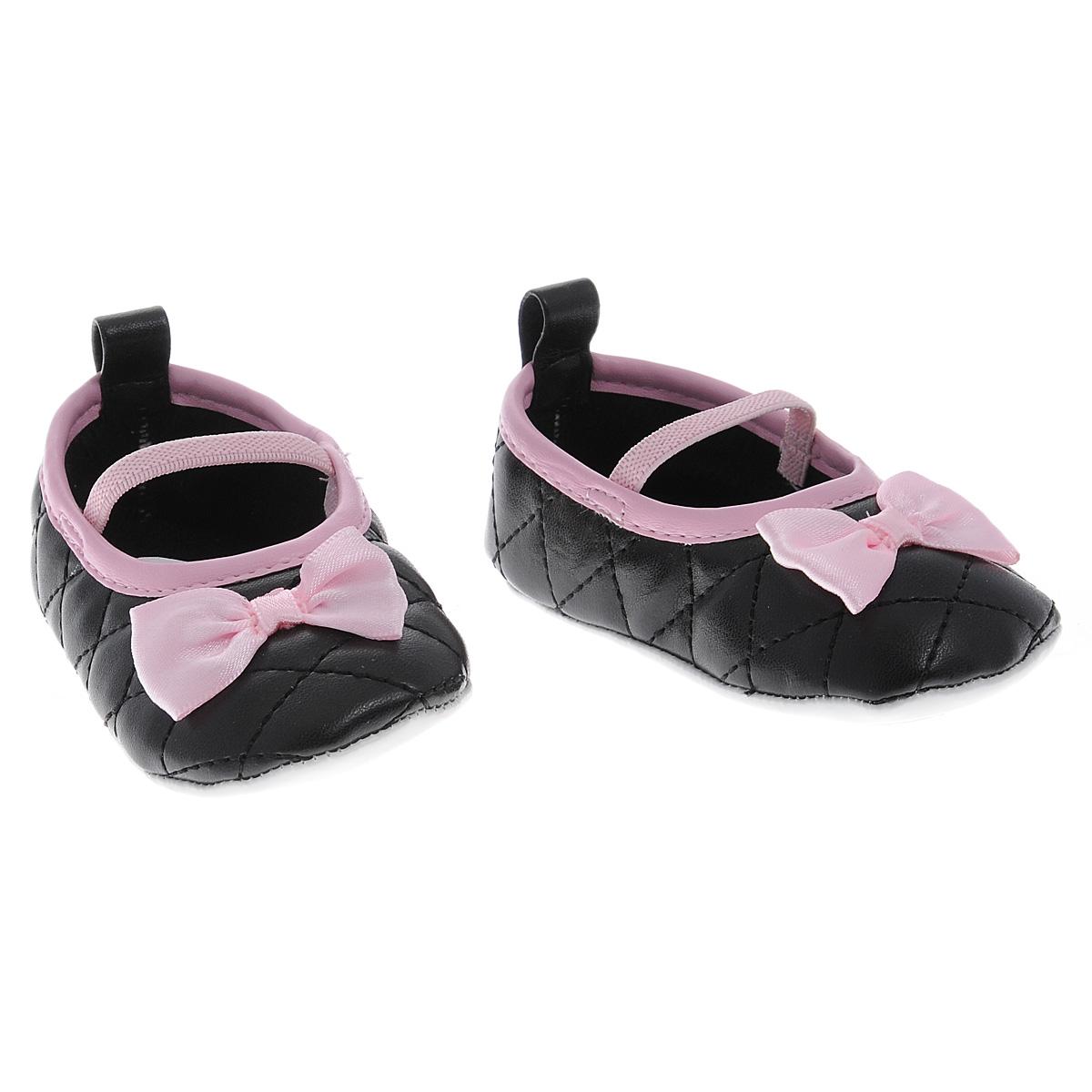 Пинетки для девочки Luvable Friends Стеганые балетки Мэри, цвет: черный. 11165. Размер 0/6мес11165Оригинальные детские пинетки для девочки Luvable Friends, стилизованные под классические балетные туфли Мэри Джей - это легкая и удобная обувь для малышей. Удобная эластичная резинка-перемычка, надежно фиксирующая пинетки на ножке малышки, мягкие, не сдавливающие ножку материалы делают модель практичной и популярной. Стопа оформлена прорезиненным рельефным рисунком, благодаря которому ребенок не будет скользить.Мягкие, стеганные, украшенные отделкой из кантика и атласного банта, пинетки украсят гардероб маленькой модницы!