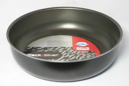Форма Flonal Black & Silver, с тефлоновым покрытием. Диаметр 24 см. BS5241BS5241Форма Flonal Black & Silver изготовлена из пищевого алюминия. Благодаря тефлоновому покрытию пища не пригорает. Форма легко моется. Можно готовить с минимальным количеством жира. Быстрый и равномерный нагрев сохраняет пищевую ценность продукта. Энергия используется рационально. Посуда подходит для использования на всех типах плит, кроме индукционных; ее можно мыть в посудомоечной машине. Пригодна для всех духовых шкафов. Не походит для использования в СВЧ. Характеристики: Материал: алюминий, тефлоновое покрытие. Цвет: черный. Внутренний диаметр формы: 24 см. Диаметр диска формы: 19 см. Высота стенок формы: 6 см. Артикул: BS5241. Серия Black & Silver (черное серебро) - одна из самых успешных линий итальянского завода Flonal. Производство осуществляется методом штамповки, внутреннее – 4-х слойное антипригарное покрытие Teflon Classic (DuPont США), внешнее покрытие – силиконовый лак, устойчивый к воздействию высоких температур, роликовая накатка.