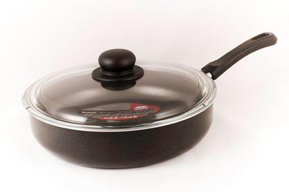 Сотейник Flonal Black & Silver, с тефлоновым покрытием, с крышкой. Диаметр 26 см. BS3263BS3263Сотейник тефлоновый Flonal Black & Silver, оснащенный удобной бакелитовой ручкой, изготовлен из пищевого алюминия. Благодаря тефлоновому покрытию, не позволяет пище пригорать. Легко моется. Можно готовить с минимальным количеством жира. Быстрый и равномерный нагрев сохраняет пищевую ценность продукта. Энергия используется рационально. Посуда подходит для использования на газовых, электрических и стеклокерамических плитах; ее можно мыть в посудомоечной машине.Сотейник снабжен крышкой из термостойкого стекла с удобной ручкой и пароотводом. Характеристики: Материал: алюминий, тефлоновое покрытие, бакелит, стекло. Цвет: черный. Диаметр сотейника: 26 см. Диаметр диска сотейника: 20,5 см. Высота стенок сотейника: 6 см. Толщина стенок сотейника: 0,2 см. Толщина дна сотейника: 0,2 см. Длина ручки сотейника: 18 см. Артикул: BS3263. Серия Black & Silver (черное серебро) - одна из самых успешных линий итальянского завода Flonal. Производство осуществляется методом штамповки, внутреннее – 4-х слойное антипригарное покрытие Teflon Classic (DuPont США), внешнее покрытие – силиконовый лак, устойчивый к воздействию высоких температур, роликовая накатка.