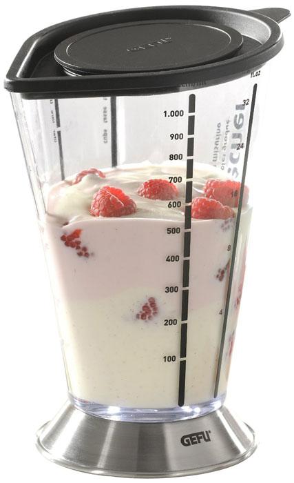 Емкость мерная для смешивания Gefu, 1000 мл14460Мерная емкость от Gefu является многофункциональным кухонным приспособлением. С ее помощью можно не только измерять объем помещаемых в нее жидкостей, но и смешивать их, а так же долго сохранять приготовленные соки, пюре, коктейли. Стальное основание придает емкости дополнительную устойчивость. В емкости можно перемешивать или взбивать продукты при помощи погружного блэндера. При этом бортики защищают от брызг пространство вокруг емкости.Можно мыть в посудомоечной машине. Характеристики: Материал: высококачественная сталь, прозрачный пластик. Диаметр емкости по верхнему краю (без учета носика и ручки): 12 см. Высота емкости:20см. Размер основания емкости: 11 см х 2 см. Размер упаковки: 12,6 см х 11,9 см х 17,6 см. Производитель:Германия. Артикул:14460.