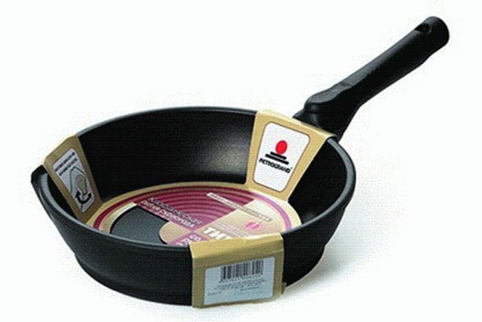 Сковорода литая Нева Металл Посуда Классическая с 4-х слойным антипригарным покрытием, со съемной ручкой, диаметр 24 см. 80248024Сковорода Классическая из серии литой алюминиевой посуды с полимер-керамическим антипригарным покрытием повышенной износостойкости ТИТАН. Вы можете пользоваться металлическими столовыми приборами, готовя в ней пищу. 4-слойная антипригарнвя полимер-керамическая система ТИТАН ПК обладает повышенной износостойкостью, достигаемой за счет особой структуры и специальной технологии нанесения. Это собственная запатентованная разработка компании, не имеющая аналогов в России. Прототип покрытия применялся при постройке космического корабля Буран и орбитальных спутников. В состав системы ТИТАН ПК входят антипригарные слои на водной основе. Система ТИТАН ПК традиционно производится БЕЗ использования PFOA (перфтороктановой кислоты). Равномерно нагревается за счет особой конструкции корпуса по принципу золотого сечения, толстых стенок (4-4,5 мм) и ещё более толстого дна (6-8 мм). Приготовленная еда получается особенно вкусной благодаря специфическим термоаккумулирующим свойствам литого алюминия. Корпус, отлитый вручную, практически не подвержен деформации даже при сильном нагреве. Для удобства съемная ручка.Подходит для газовых, электрических и стеклокерамических плит. Посуду можно мыть в посудомоечной машине. Не боится царапин!Гарантия 3 года. При соблюдении правил эксплуатации срок службы не ограничен. Характеристики:Материал: алюминий. Диаметр сковороды: 24 см. Высота стенки: 5,9 см. Длина ручки: 21,5 см. Диаметр дна: 20,6 см. Толщина стенок: 4 мм. Толщина дна: 6,3 мм. Производитель: Россия. Размер упаковки: 46 см х 25,5 см х 5,9 см. Артикул: 8024.