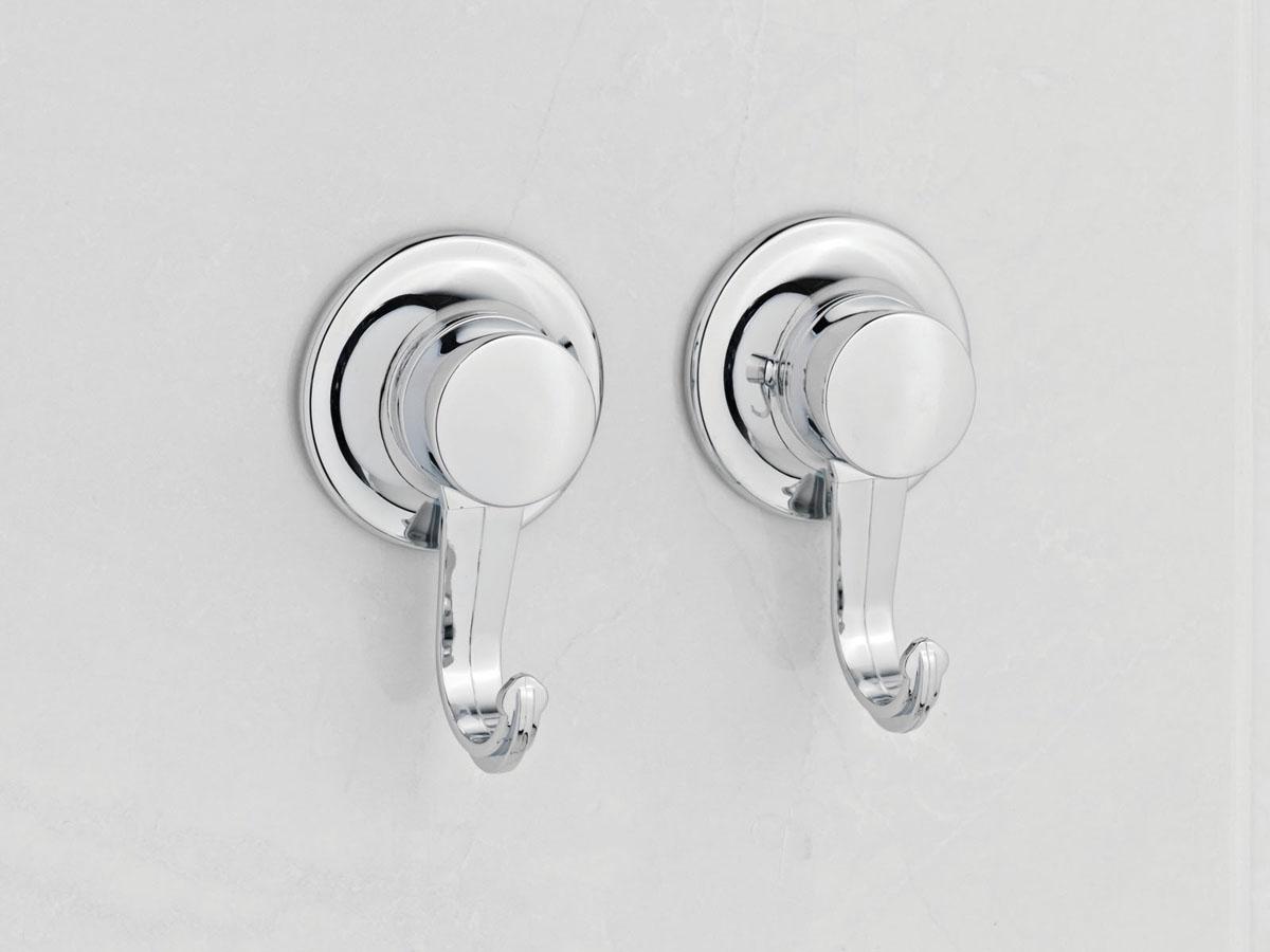 Набор из 2-х крючков Tatkraft Swiss Line10504-TKНабор из 2-х крючков Tatkraft Swiss Line используется в ванной комнате для того, чтобы вешать на них полотенца и другие вещи. Для установки не нужно ничего сверлить, набор быстро и надежно устанавливается на любой воздухонепроницаемой поверхности благодаря вакуумным присоскам. Характеристики: Материал: хромированная сталь. Диаметр присоски: 5,5 см. Размер упаковки:13,5 см х 4 см х 20 см.