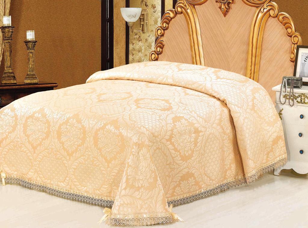 """Очаровательное покрывало """"SL"""" нежного золотистого оттенка выполнено из полиэстера и оформлено ажурной вышивкой. По краям изделие украшено кружевом и шелковой лентой в тон основному цвету, лента завязана на бантики. Покрывало придаст вашей спальне поистине королевскую роскошь и особый шарм.  Покрывало - это такой подарок, который будет всегда актуален, особенно для ваших родных и близких, ведь вы дарите им частичку своего тепла! Характеристики:  Материал: 100% полиэстер. Цвет: золотистый. Размер покрывала: 220 см х 240 см. Размер упаковки: 44 см х 36 см х 6 см. Артикул: 09353.   """"Soft Line"""" предлагает широкий ассортимент высококачественного домашнего текстиля разных направлений и стилей. Это и постельное белье из тканей различных фактур и орнаментов, а также мягкие теплые пледы, красивые покрывала, воздушные банные халаты, текстиль для гостиниц и домов отдыха, практичные наматрасники, изысканные шторы, полотенца и разнообразное столовое белье.  """"Soft Line"""" - это ваш путеводитель по мягкому миру текстиля, полному удивительных достопримечательностей. Постельное белье марки """"Soft Line"""" подарит вам радость и комфорт!"""