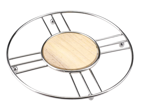 Подставка под горячее Regent Inox Trina93-TR-04-04Подставка под горячее Regent Inox Trina, выполненная в стильном и элегантном дизайне, идеально впишется в интерьер современной кухни. Для устойчивости на нижнюю часть прикреплены четыре маленьких шарика. Подставка изготовлена из высококачественной нержавеющей стали и дерева.Каждая хозяйка знает, что подставка под горячее - это незаменимый и очень полезный аксессуар на кухне. Ваш стол будет не только украшен оригинальной подставкой с красивым узором, но и будет защищен от воздействия высоких температур. Характеристики:Материал:нержавеющая сталь, дерево. Размер подставки:20 см х 20 см х 1 см. Размер упаковки:22,5 см х 22,5 см х 1 см. Производитель: Италия. Артикул: 93-TR-04-04.