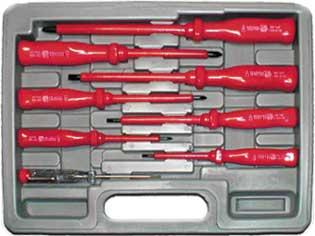 Набор отверток Fit, до 1000 В, 7 шт + 1 отвертка индикатор56127Набор отверток Fit предназначен для монтажа/демонтажа резьбовых соединений. Изделия изготовлены из инструментальной стали и оснащены удобной эргономичной рукояткой. Выдерживают напряжение до 1000 Вольт.Состав набора: Отвертка шлицевая 1: 24,5 см х 2 см х 2 см; размер ручки 9,5 см х 2 см х 2 см; длина основания 15 см; ширина жала 0,65 см. Отвертка шлицевая 2: 21,5 см х 2 см х 2 см; размер ручки 9 см х 2 см х 2 см; длина основания 12,5 см; ширина жала 0,55 см. Отвертка шлицевая 3: 18 см х 1,5 см х 1,5 см; размер ручки 8 см х 1,5 см х 1,5 см; длина основания 10 см; ширина жала 0,4 см. Отвертка шлицевая 4: 15,5 см х 1,5 см х 1,5 см; размер ручки 8 см х 1,5 см х 1,5 см; длина основания 7,5 см; ширина жала 0,3 см. Отвертка крестовая PH2 х 100: 19,5 см х 2 см х 2 см; размер ручки 9,5 см х 2 см х 2 см; длина основания 10 см; диаметр жала 0,7 см. Отвертка крестовая PH1 х 100: 18 см х 1,5 см х 1,5 см; размер ручки 8 см х 1,5 см х 1,5 см; длина основания 10 см; диаметр жала 0,45 см. Отвертка крестовая PH0 х 75: 15,5 см х 1,5 см х 1,5 см; размер ручки 8 см х 1,5 см х 1,5 см; длина основания 7,5 см; диаметр жала 0,3 см. Отвертка индикаторная SL3 х 140(100-250 V): 14 см х 1,5 см х 1,5 см; размер ручки 8 см х 1,5 см х 1,5 см; длина основания 6 см; ширина жала 0,3 см. пластиковый кейс. Характеристики: Материал: пластик, металл. Размеры упаковки: 30 см х 23 см х 5 см.