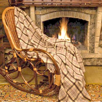Плед шерстяной Фазенда, 170 х 210 смПФ-37019-150-200Приятный плед Фазенда добавит комнате уюта и согреет в прохладные дни. Плед выполнен из натуральной шерсти альпаки. Удобный размер этого очаровательного пледа позволит использовать его и как одеяло, и как покрывало для кресла или софы. Такое теплое украшение может стать отличным подарком друзьям и близким!Альпака - редкое животное, обитающее, как и лама в Перу, на высокогорье Анд. По сей день шерсть этих животных называют божественное волокно. Живут альпаки на высоте 4000-5000 м в экстремальных климатических условиях. Там очень сильное солнечное излучение, дуют холодные ветра и наблюдаются резкие перепады температур от - 20 градусов в ночное время до + 15 - 18 градусов днем. Для выживания в таких условиях альпаки должны обладать особой шерстью: легкой, тонкой, мягкой и при этом настолько плотной, чтобы не пропускать воду.Изделия из шерсти альпаки обладают непревзойденным качеством. Во всем мире их относят к самым дорогим товарам.Для изготовления пледов шерсть альпаки смешивают с лучшей мериносовой (овечьей) шерстью. На изделиях из шерсти альпаки практически не образуются катышки, так как длинные волокна препятствуют сваливанию. Характеристики: Материал: 5% шерсть молодой альпаки, 55% шерсть альпаки, 40% овечья шерсть. Размер: 170 см х 210 см. Производитель: Перу. Артикул: ПА-170-2005.