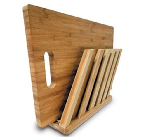 """Стильная и эргономичная конструкция """"DockStation Grand"""" от """"Frybest"""", выполненная из натурального бамбука, позволит удобно и рационально разместить разделочную доску и набор керамических ножей, сэкономив массу драгоценного постранства на Вашей кухне. В комплект входит разделочная доска. Характеристики:  Материал: бамбук. Размер подставки: 26 см х 7,5 см х 20 см. Размер доски: 33 см х 23,5 см х 2 см. Размер упаковки: 34 см х 27 см х 8 см. Производитель: Китай. Артикул: DSG002."""