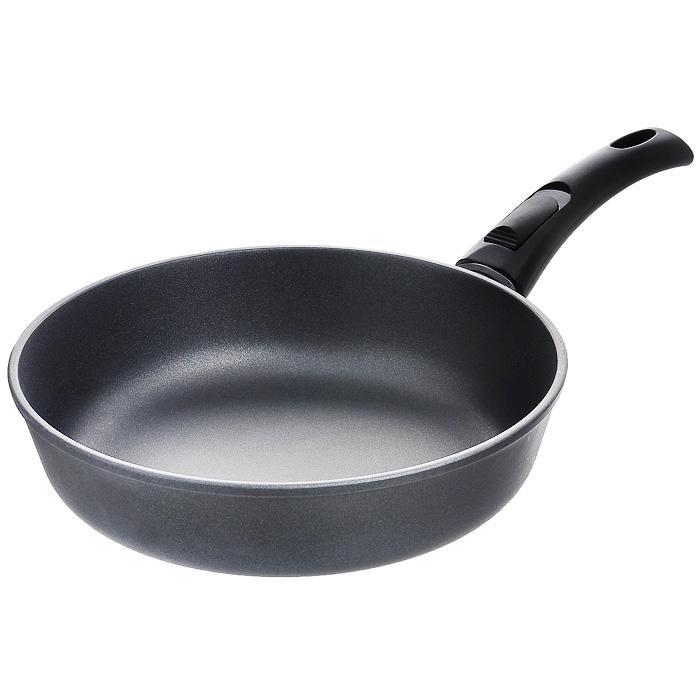 Сковорода литая Нева Металл Посуда Особенная с антипригарным покрытием, со съемной ручкой. Диаметр 26 см9026Сковорода Особенная изготовлена из литого алюминия с полимер-керамическим антипригарным покрытием повышенной износостойкости Титан. Вы можете пользоваться металлическими столовыми приборами, готовя в ней пищу. Четырехслойная система Титан имеет исключительную прочность за счет ее особой структуры, способа нанесения, значительной толщины - около 100 микрон (для сравнения, толщина покрытия на посуде других производителей 21-40 микрон).Четырехслойная полимер-керамическая антипригарная система Титан:верхний слой на водной основе;промежуточный слой на водной основе;полимер-керамический слой;твердая керамическая основа.Антипригарное покрытие на водной основе относится к самому безопасному, четвертому классу по ГОСТу. Оно традиционно производится БЕЗ использования PFOA (перфтороктановой кислоты). Литой корпус сковороды сделан по принципу золотого сечения, с толстыми стенками и еще более толстым дном, из специального пищевого сплава алюминия с кремнием. Это обеспечивает исключительные термоаккумулирующие свойства посуды. Она равномерно прогревается и долго удерживает тепло. Создается эффект томления. Приготовленное блюдо получается особенно вкусным, а в продуктах сохраняется больше полезных веществ.Корпус, отлитый вручную, практически не подвержен деформации даже при сильном нагреве. Сковорода оснащена эргономичной съемной ручкой, выполненной из бакелита.Сковорода подходит для использования на газовых, электрических и стеклокерамических плитах; ее можно мыть в посудомоечной машине. Характеристики: Материал: литой алюминий, бакелит. Внутренний диаметр сковороды: 26 см. Высота стенок сковороды: 6,9 см. Толщина стенок сковороды: 0,4 см. Толщина дна сковороды: 0,6 см. Диаметр диска сковороды: 20 см. Длина ручки сковороды: 19 см. Артикул: 9026.