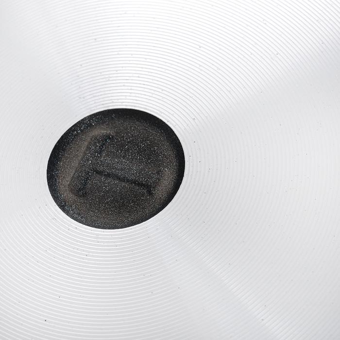 """Сковорода """"Особенная"""" изготовлена из литого алюминия с полимер-керамическим антипригарным покрытием повышенной износостойкости """"Титан"""". Вы можете пользоваться металлическими столовыми приборами, готовя в ней пищу. Четырехслойная система """"Титан"""" имеет исключительную прочность за счет ее особой структуры, способа нанесения, значительной толщины - около 100 микрон (для сравнения, толщина покрытия на посуде других производителей 21-40 микрон).    Четырехслойная полимер-керамическая антипригарная система """"Титан"""":  верхний слой на водной основе;  промежуточный слой на водной основе;  полимер-керамический слой;  твердая керамическая основа.    Антипригарное покрытие на водной основе относится к самому безопасному, четвертому классу по ГОСТу. Оно традиционно производится БЕЗ использования PFOA (перфтороктановой кислоты).   Литой корпус сковороды сделан по принципу """"золотого сечения"""", с толстыми стенками и еще более толстым дном, из специального пищевого сплава алюминия с кремнием. Это обеспечивает исключительные термоаккумулирующие свойства посуды. Она равномерно прогревается и долго удерживает тепло. Создается эффект томления. Приготовленное блюдо получается особенно вкусным, а в продуктах сохраняется больше полезных веществ.  Корпус, отлитый вручную, практически не подвержен деформации даже при сильном нагреве. Сковорода оснащена эргономичной съемной ручкой, выполненной из бакелита.  Сковорода подходит для использования на газовых, электрических и стеклокерамических плитах; ее можно мыть в посудомоечной машине. Характеристики:   Материал: литой алюминий, бакелит. Внутренний диаметр сковороды: 26 см. Высота стенок сковороды: 6,9 см. Толщина стенок сковороды: 0,4 см. Толщина дна сковороды: 0,6 см. Диаметр диска сковороды: 20 см. Длина ручки сковороды: 19 см. Артикул: 9026."""