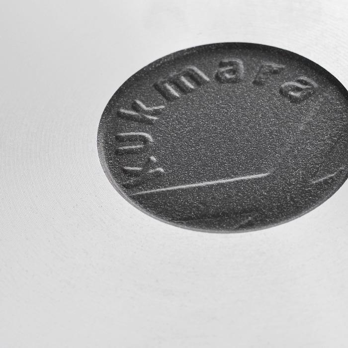 """Блинная сковорода """"Kukmara"""" изготовлена из литого алюминия с темным антипригарным покрытием """"Greblon"""".    Особенности блинной сковороды """"Kukmara"""":  отлитая вручную толстостенная сковорода (не деформируется);  высококачественное антипригарное покрытие на водной основе, усиленное керамикой;  покрытие не содержит PFOA;  продукты не пригорают и сохраняют свой вкус;  утолщенное дно до 6 мм;  высокая теплопроводность и эргономичность;  удобство в использовании;  идеальное распределение тепла по всей поверхности посуды, длительное сохранение тепла;  возможность использования минимального количества жира;  антипригарное покрытие наносится методом напыления, который гарантирует исключительную стойкость покрытия при эксплуатации;  ненагревающаяся съемная ручка из бакелита;  легкость мытья;  можно готовить яичницу и гренки;  подходит для всех типов плит, кроме индукционных;  можно мыть в посудомоечной машине.    Стенка сковороды состоит из 5 слоев:  высококачественное антипригарное покрытие, усиленное керамикой;  грунтовой слой;  слой с шероховатой поверхностью для лучшего сцепления с поверхностью;  литой алюминиевый корпус толщиной до 6 мм;  наружный декоративный слой.    Сковорода """"Kukmara"""" позволит превратить обыкновенный процесс приготовления пищи в приятное и легкое занятие для любой хозяйки. Характеристики:   Материал: литой алюминий, бакелит. Внутренний диаметр сковороды: 24 см. Высота стенок сковороды: 2,2 см. Толщина стенок сковороды: 0,6 см. Толщина дна сковороды: 0,6 см. Диаметр диска сковороды: 21,5 см. Длина ручки сковороды: 16,5 см. Размер упаковки: 27 см х 25,5 см х 5 см. Артикул: сб240а.    Простой рецепт блинов на Масленицу – статья на OZON Гид."""