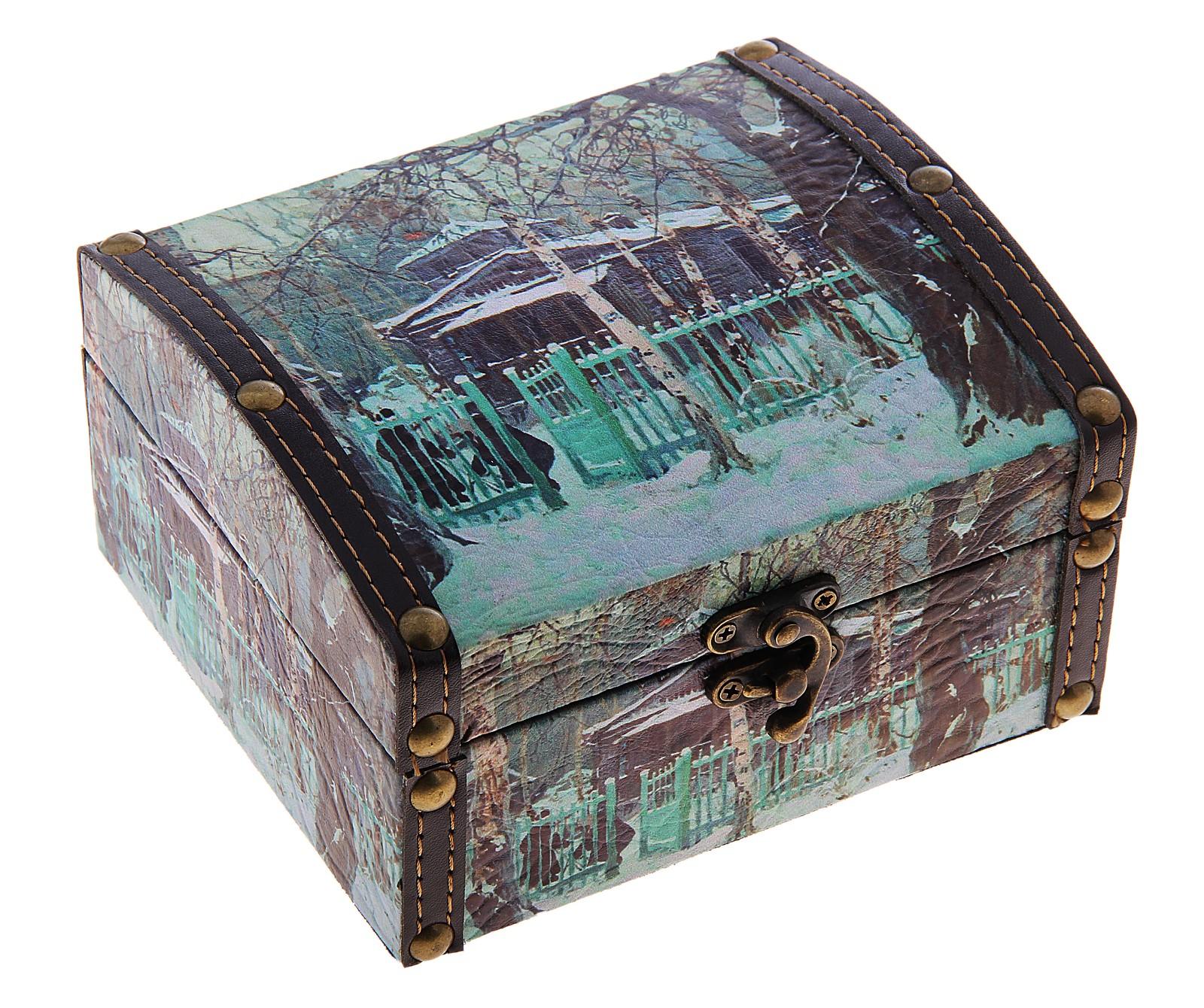 Шкатулка Зима в усадьбе, 15 х 13,5 х 8,5 см680120Шкатулка Зима в усадьбе изготовлена из дерева. Оригинальное оформление шкатулки, несомненно, привлечет внимание. Поверхность её состоит из кожзама и декорирована изображением зимнего новогоднего пейзажа. Шкатулка закрывается на крепкий металлический замочек.Такая шкатулка может использоваться для хранения бижутерии, в качестве украшения интерьера, а также послужит хорошим подарком для человека, ценящего практичные и оригинальные вещицы. Характеристики:Материал: дерево, металл, кожзам. Размер шкатулки (в закрытом виде): 13 см х 8,5 см х 15 см. Внутренний размер шкатулки: 11,5 см х 4,5 см х 13,5 см. Размер упаковки: 14 см х 9,5 см х 16 см. Артикул: 680120.