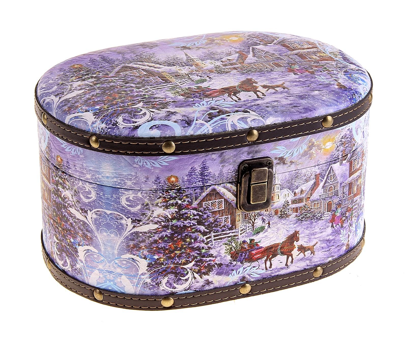 Шкатулка овальная Новогодняя сказка, 24 см х 13,5 см х 17 см680134Оригинальное оформление шкатулки Новогодняя сказка, несомненно, привлечет внимание. Она имеет овальную форму. Поверхность шкатулки состоит из кожзама, оформленного картинкой с новогодним пейзажем. Шкатулка закрывается на крепкий металлический замочек.Такая шкатулка может использоваться для хранения бижутерии, в качестве украшения интерьера, а также послужит хорошим подарком для человека, ценящего практичные и оригинальные вещицы. Характеристики:Материал: дерево, металл, кожзам. Размер шкатулки: 24 см х 13,5 см х 17 см. Размер упаковки: 25,5 см х 18,5 см х 14,5 см. Артикул: 680136.