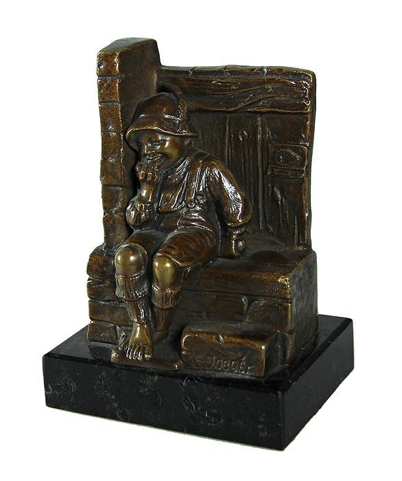 Готхильф Егер. Скульптура интерьерная (статуэтка) Мальчик у печки в стиле арт деко. Бронза, литье, мрамор. Германия, около 1920 года28791Интерьерная бронза работы Готхильфа Егера в стиле арт деко!Изысканный акцент в интерьере кабинета или гостиной, который подчеркнет безупречный вкус и статус владельца!Великолепная идея для подарка! Скульптура интерьерная (статуэтка) Мальчик у печки. Бронза, литье, мрамор. Германия, около 1920 года.Высота 12 см. Размер основания 9 х 6,5 см.Сохранность коллекционная.Подпись автора G. Jaeger.Скульптор - Готхильф Егер (Gotthilf Jaeger; 1871-1933). Бронзовая интерьерная скульптура работы известного немецкого скульптора Готхильфа Егера, выполненная в виде мальчика в тирольском костюме, сидящего у печки. Выразительно переданы эмоции ребенка, замечательно проработаны детали костюма, фактура тканей. Работа выполнена в неповторимой авторской манере и может стать ярким украшением Вашего собрания антикварной бронзы! Немецкий скульптор Готхильф Егер родился в 1880 году в Кельне, закончил Государственную Академию художеств в Карлсруэ, учился и работал во Франкфурте-на-Майне, а затем перебрался в Берлин, где жил и работал вплоть до своей смерти в 1933 году.Причины вкладывать деньги в антиквариат в кризис. Статья OZON Гид