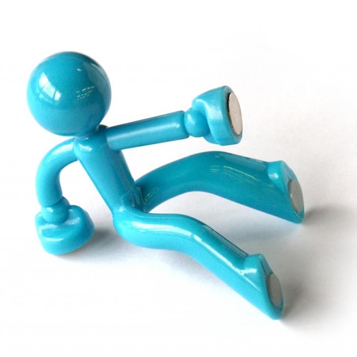 Держатель для ключей Человечек, цвет: голубой. 002890002890Оригинальный держатель для ключей выполнен из пластика в виде человечка голубого цвета. Крепится к стене с помощью магнитов. На магниты также можно прикрепить и сами ключи. Держатель выдержит вес до 30 ключей.Яркий и необычный, такой держатель оригинально украсит интерьер помещения, а также послужит отличным сувениром. Характеристики: Материал: пластик, магнит. Цвет: голубой. Размер держателя: 7 см х 6 см х 8 см. Артикул: 002890.