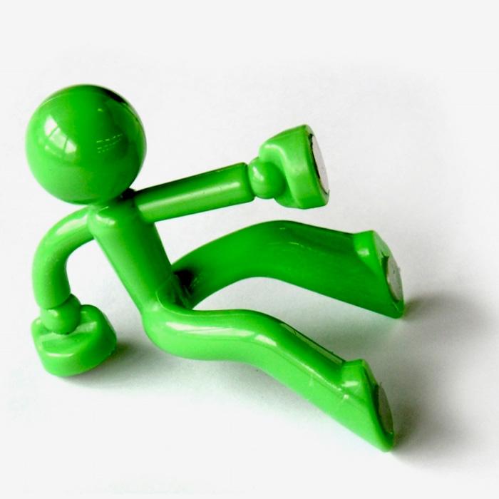 Держатель для ключей Человечек, цвет: зеленый. 002929002929Оригинальный держатель для ключей выполнен из пластика в виде зеленого человечка. Крепится к стене с помощью магнитов. На магниты также можно прикрепить и сами ключи. Держатель выдержит вес до 30 ключей. Яркий и необычный, такой держатель оригинально украсит интерьер помещения, а также послужит отличным сувениром. Характеристики: Материал: пластик, магнит. Цвет: зеленый. Размер держателя: 7 см х 6 см х 8 см. Артикул: 002929.