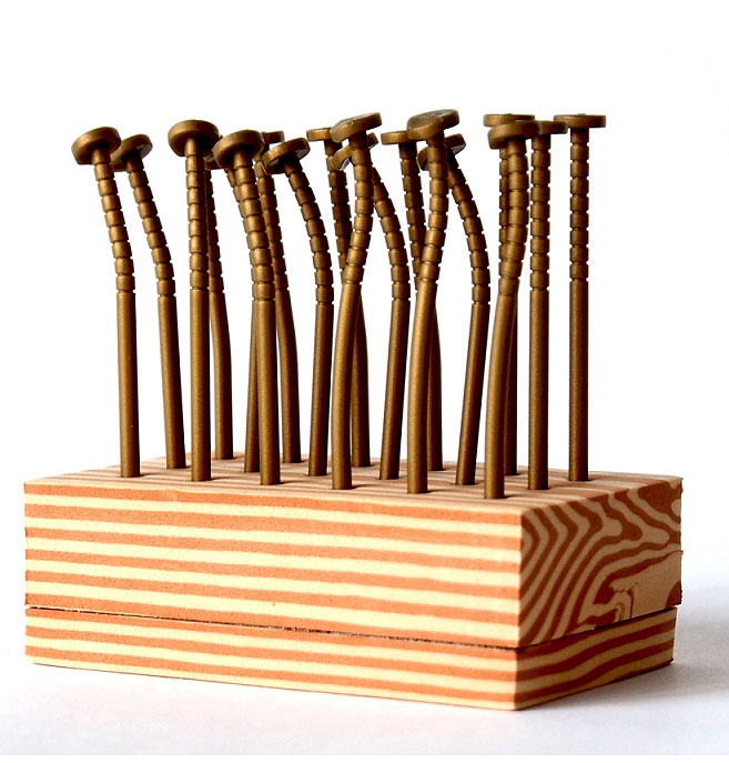 Шпажки для канапе Гвозди, цвет: медный, 18 шт002996Оригинальные шпажки для канапе и фруктов, выполненные в виде гвоздей - чудесное решение для праздничного стола. Шпажки закреплены на подставке из вспененного полимера, имитирующей деревянный брусок. Характеристики:Материал: пластик, вспененный полимер. Длина шпажки: 7,5 см. Размер подставки: 8,5 см х 3 см х 5 см. Размер упаковки: 8,5 см х 9 см х 5 см. Артикул: 002996.
