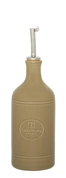 Бутылка для масла и уксуса Emile Henry Natural Chic, цвет: мускат, 450 мл27351Бутылка для масла или уксуса Emile Henry Natural Chic, выполненная из керамики иметалла, позволит украсить любую кухню, внеся разнообразие как в строгийклассический стиль, так и в современный кухонный интерьер. Пробковая крышка сносиком снабжена клапаном антикапля, не допускающим пролива. Стенки бутылкисветонепроницаемые, поэтому ее можно хранить в открытом шкафу, не волнуясь, чтоваше лучшее оливковое масло потеряет вкус и аромат.Оригинальная бутылкабудет отлично смотретьсяна вашей кухне.Высота бутылки (с учетом носика): 23,5 см. Диаметроснования: 7 см.