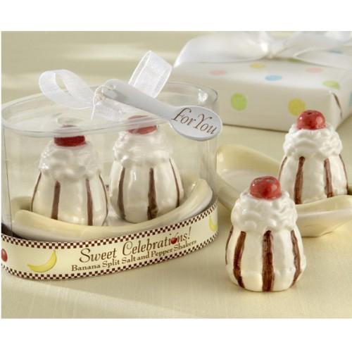 Набор для специй Sweet Celebrations, 3 предмета29244Набор для специй Sweet Celebrations, изготовленный из керамики, состоит из перечницы, солонки и овальной подставки. Предметы набора выполнены в виде двух пирожных. Солонка и перечница легки в использовании: стоит только перевернуть емкости, и вы с легкостью сможете поперчить или добавить соль по вкусу в любое блюдо.Такой набор для специй оживит дизайн любой кухни и послужит отличным подарком для ваших друзей. Характеристики:Материал: керамика. Высота солонки/перечницы: 5,5 см. Размер подставки: 8,5 см х 4,5 см х 3 см. Размер упаковки: 10 см х 6,5 см х 7,5 см. Артикул: 29244.