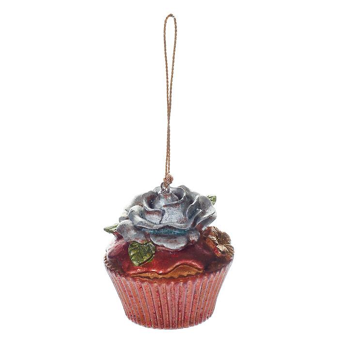 Новогоднее подвесное украшение Пирожное. 2545525455Новогоднее украшение, выполненное из пластика в виде кекса с розочкой, украшено блестками. Вы можете подвесить его в любом месте, где оно будет удачно смотреться, и радовать глаз. Кроме того, это украшение - отличный вариант подарка для ваших близких и друзей. Новогодние украшения всегда несут в себе волшебство и красоту праздника. Создайте в своем доме атмосферу тепла, веселья и радости, украшая его всей семьей. Характеристики:Материал: пластик. Размер украшения: 5 см х 5 см х 5,5 см. Артикул: 25455.