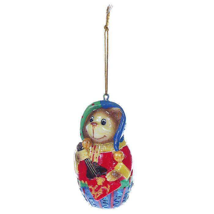 Новогоднее подвесное украшение Мишка. 3047730477Оригинальное новогоднее украшение выполнено из полирезины в виде веселого мишки с балалайкой. С помощью специальной петельки украшение можно повесить в любом понравившемся вам месте. Но, конечно же, удачнее всего такая игрушка будет смотреться на праздничной елке.Новогодние украшения приносят в дом волшебство и ощущение праздника. Создайте в своем доме атмосферу веселья и радости, украшая всей семьей новогоднюю елку нарядными игрушками, которые будут из года в год накапливать теплоту воспоминаний.Характеристики:Материал: полирезина, текстиль. Размер украшения: 4,5 см х 4,5 см х 8,5 см. Артикул: 30477.
