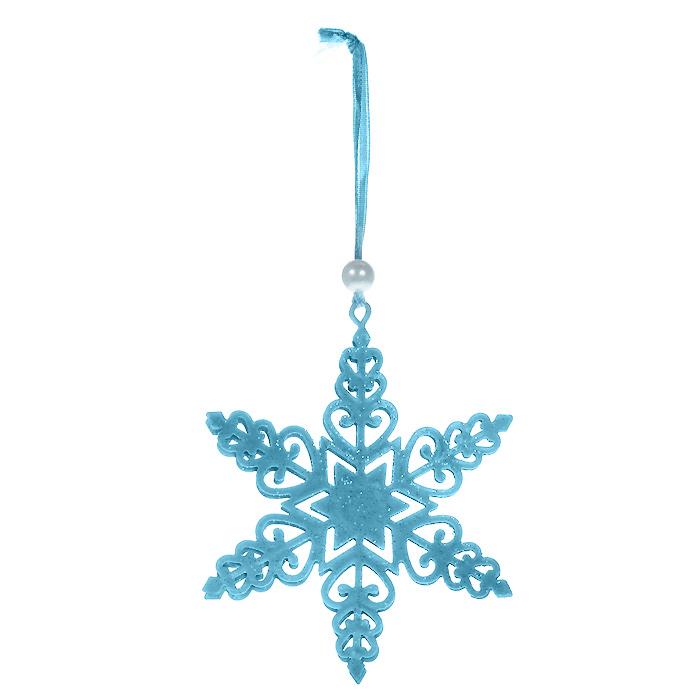 Новогоднее подвесное украшение Снежинка, цвет: голубой. 3105931059Оригинальное новогоднее украшение выполнено из металла в виде снежинки голубого цвета, украшенной блестками. С помощью текстильной ленточки, оформленной бусиной-жемчужиной, украшение можно повесить в любом понравившемся вам месте. Но, конечно, удачнее всего такая игрушка будет смотреться на праздничной елке.Новогодние украшения приносят в дом волшебство и ощущение праздника. Создайте в своем доме атмосферу веселья и радости, украшая всей семьей новогоднюю елку нарядными игрушками, которые будут из года в год накапливать теплоту воспоминаний. Характеристики:Материал: металл, текстиль, блестки, пластик. Цвет: голубой. Размер украшения: 10,5 см х 9 см. Артикул: 31059.