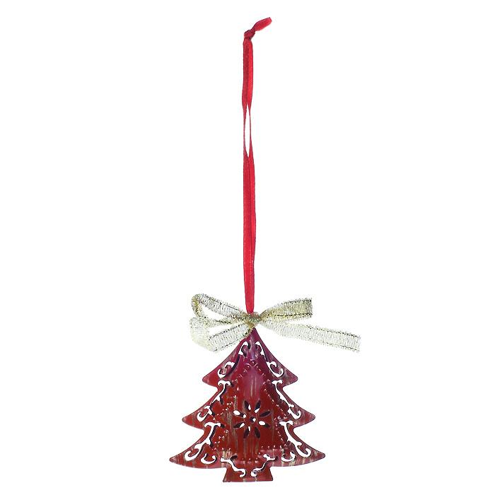 Новогоднее подвесное украшение Елочка, цвет: красный. 2676926769Оригинальное новогоднее подвесное украшение выполнено из металла в виде елочки красного цвета, оформленной перфорацией. Сверху игрушка украшена золотистым бантиком. С помощью специальной петельки украшение можно повесить в любом понравившемся вам месте. Но, конечно, удачнее всего такая игрушка будет смотреться на праздничной елке.Новогодние украшения приносят в дом волшебство и ощущение праздника. Создайте в своем доме атмосферу веселья и радости, украшая всей семьей новогоднюю елку нарядными игрушками, которые будут из года в год накапливать теплоту воспоминаний. Коллекция декоративных украшений из серии Magic Time принесет в ваш дом ни с чем несравнимое ощущение волшебства! Характеристики:Материал: металл, текстиль. Цвет: красный. Размер украшения: 6,5 см х 6,5 см. Артикул: 26769.