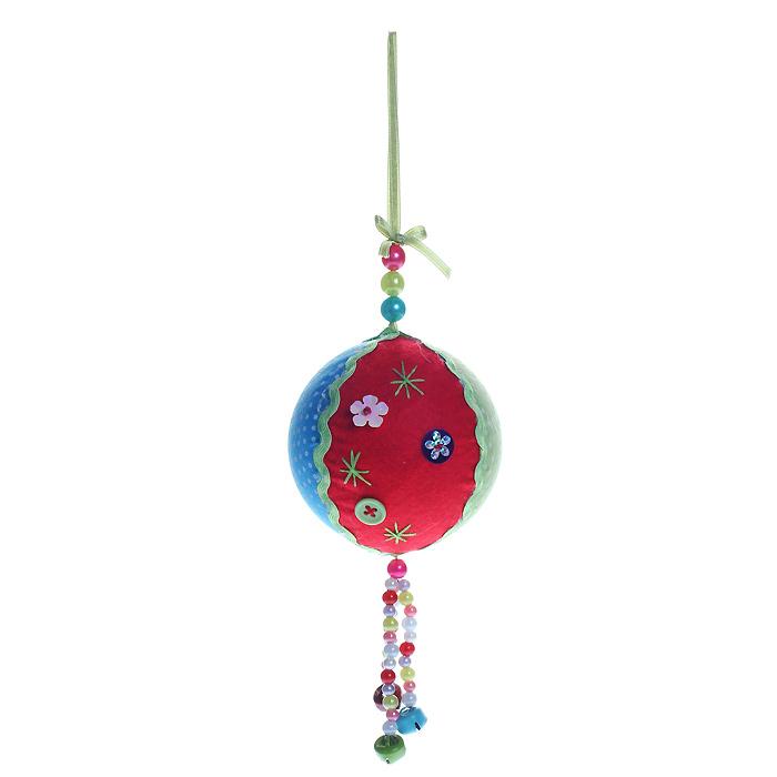 Новогоднее подвесное украшение Шар. 2535825358Оригинальное новогоднее украшение «Шар» прекрасно подойдет для праздничного декора вашего дома и новогодней ели. Украшение выполнено из пластика и обтянуто разноцветной тканью. К нижней части шара прикреплена подвеска из разноцветных бусин с бубенчиками. Благодаря плотному корпусу изделие никогда не разобьется, поэтому вы можете быть уверены, что оно прослужит вам долгие годы. С помощью специальной петельки украшение можно повесить в любом понравившемся вам месте. Но, конечно, удачнее всего такая игрушка будет смотреться на праздничной елке. Елочная игрушка - символ Нового года. Она несет в себе волшебство и красоту праздника. Создайте в своем доме атмосферу веселья и радости, украшая новогоднюю елку нарядными игрушками, которые будут из года в год накапливать теплоту воспоминаний. Коллекция декоративных украшений из серии Magic Time принесет в ваш дом ни с чем несравнимое ощущение волшебства! Характеристики:Материал: пластик, полиэстер, металл. Диаметр шара: 8 см. Артикул: 25358.