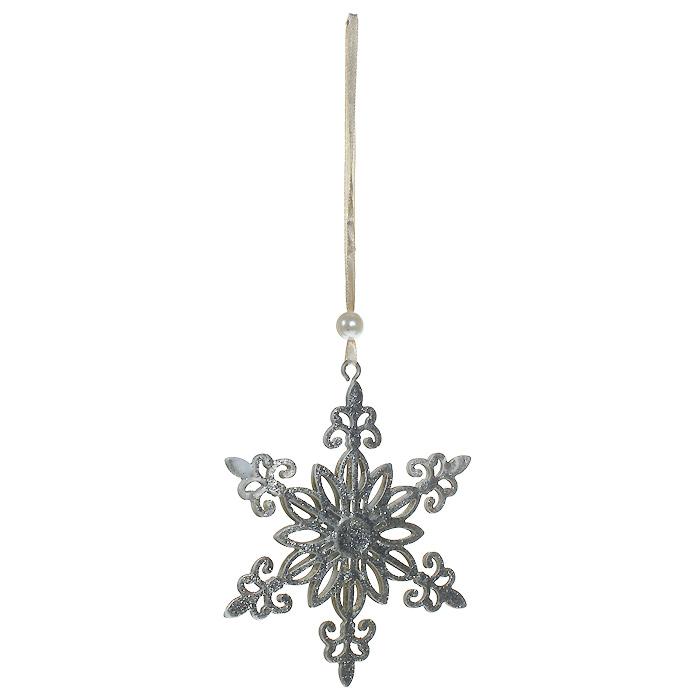 Новогоднее подвесное украшение Снежинка, цвет: серебристый. 3105831058Оригинальное новогоднее украшение выполнено из металла в виде снежинки серебристого цвета, украшенной блестками. С помощью текстильной ленточки, оформленной бусиной-жемчужиной, украшение можно повесить в любом понравившемся вам месте. Но, конечно, удачнее всего такая игрушка будет смотреться на праздничной елке.Новогодние украшения приносят в дом волшебство и ощущение праздника. Создайте в своем доме атмосферу веселья и радости, украшая всей семьей новогоднюю елку нарядными игрушками, которые будут из года в год накапливать теплоту воспоминаний. Характеристики:Материал: металл, текстиль, блестки, пластик. Цвет: серебристый. Размер украшения: 10,5 см х 9,5 см. Артикул: 31058.
