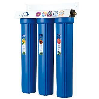 """Трехступенчатый стационарный фильтр повышенной производительности Гейзер 3И 20. Трехступенчатый фильтр Гейзер """"3И20"""" - это высокопроизводительный трёхступенчатый фильтр для доочистки воды с повышенным содержанием взвесей и грязи. По принципу своего действия эти системы очистки воды аналогичны фильтрам для получения питьевой воды серии Гейзер 2 и Гейзер 3, но имеют повышенную производительность. Устанавливается непосредственно на магистраль холодного водоснабжения на входе дачи, дома, коттеджа. Состав картриджей фильтра: - 1-я ступень очистки (картридж РР 20SL). Ресурс 200000 литров. - 2-я ступень очистки (картридж Арагон Ж 2 шт.). Ресурс 14000 литров. - 3-я ступень оччистки (картридж СВС 20SL). Ресурс 14000 литров. Назначение картриджей:1-я ступень (картридж РР 20SL). Механическая фильтрация. Эти картриджи применяются в бытовых фильтрах для очистки воды от грязи, взвешенных частиц и нерастворимых примесей. Этот недорогой картридж первым принимает удар на себя и защищает последующие ступени системы очистки воды от быстрого загрязнения. В условиях возможных грязевых выбросов в водопровод это простой и эффективный способ защиты картриджей тонкой очистки для бытовых фильтров для воды. Вышедший из строя картридж механической очистки быстро и просто заменяется, зато остальные фильтроэлементы работают дольше и с максимальной эффективностью. Картридж Изготовлен из вспененного полипропилена. 2-я ступень (картриджы Арагон Ж). Картридж Арагон Ж удаляет из воды избыточные соли жесткости, железо и другие вредные примеси. Количество солей жесткости снижается до рекомендуемого медиками уровня. Благодаря эффекту квазиумягчения оставшиеся в воде соли кальция находятся в основном в арагонитовой форме.  Картридж Арагон предназначен для комплексной очистки воды от солей жесткости, механических частиц, растворенных примесей и бактерий. Применяется в бытовых фильтрах торговой марки """"Гейзер"""" и в промышленных системах очистки воды. Фильтроматериал Арагон изготовлен по специальной технологи"""