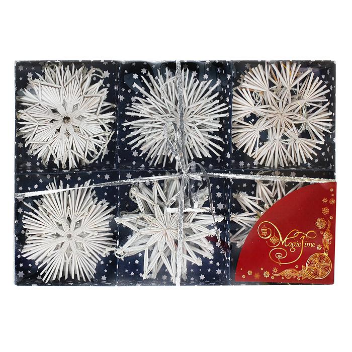 Набор новогодних подвесных украшений Снежинки, цвет: белый, 18 шт30820Оригинальный новогодний набор «Снежинки» прекрасно подойдет для декора дома и праздничной елки. Набор включает 18 подвесных украшений, выполненных из натуральной соломы в виде снежинок. Изделия покрыты лаком и оформлены глиттером (белыми блестками). С помощью специальных петелек украшения можно повесить в любом понравившемся вам месте. Но, конечно, удачнее всего такие игрушки будут смотреться на праздничной елке. Украшения из натуральной соломы сейчас находятся на пике моды. Но мало кто знает, что, на самом деле, модное веяние является ничем иным, как хорошо забытым атрибутом рождественских праздников стран раннехристианской Европы. Солома напоминала о яслях, в которых лежал младенец Иисус. Из нее мастерили праздничных куколок, короны, пирамиды и просто рассыпали по полу. Елочная игрушка - символ Нового года. Она несет в себе волшебство и красоту праздника. Создайте в своем доме атмосферу веселья и радости, украшая новогоднюю елку нарядными игрушками, которые будут из года в год накапливать теплоту воспоминаний. Коллекция декоративных украшений из серии Magic Time принесет в ваш дом ни с чем несравнимое ощущение волшебства! Набор упакован в картонную коробку, перевязанную серебристой лентой. Характеристики:Материал: натуральная солома, текстиль, блестки. Цвет: белый. Комплектация: 18 шт. Диаметр снежинки: 10 см. Размер упаковки: 34 см х 23 см х 2,5 см. Артикул: 30820.