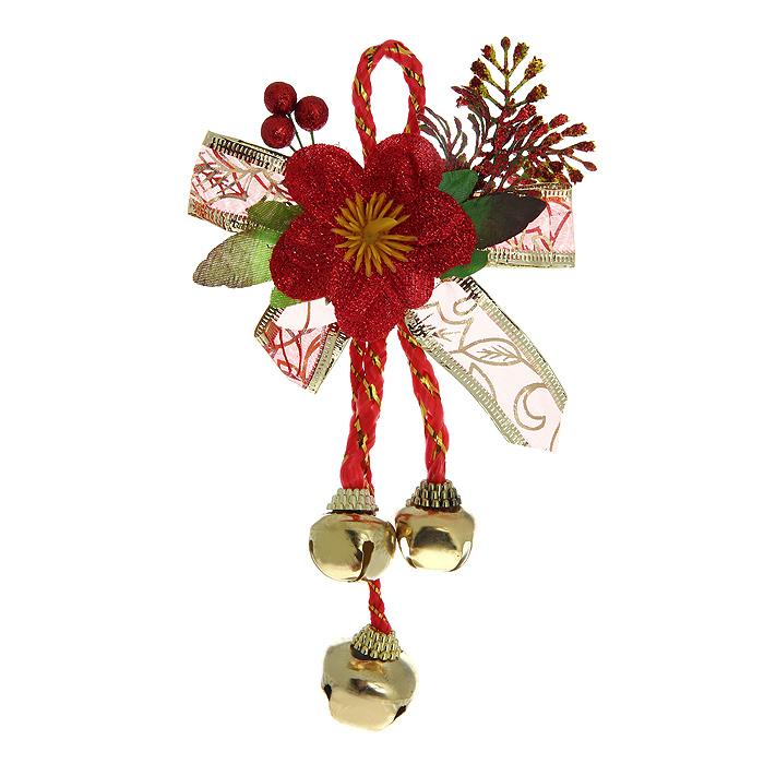 Новогоднее подвесное украшение Бубенчики. 3072530725Оригинальное новогоднее украшение Бубенчики прекрасно подойдет для декора дома и праздничной елки. Украшение выполнено из металла в виде бубенчиков золотистого цвета. Верхняя часть изделия декорирована композицией в виде листочков, ягод и крупного красного цветка. С помощью специальной петельки украшение можно повесить в любом понравившемся вам месте. Но, конечно, удачнее всего оно будет смотреться на новогодней елке. Елочная игрушка - символ Нового года. Она несет в себе волшебство и красоту праздника. Создайте в своем доме атмосферу веселья и радости, украшая новогоднюю елку нарядными игрушками, которые будут из года в год накапливать теплоту воспоминаний. Характеристики:Материал: пластик, текстиль, металл. Цвет: красный, золотистый. Высота украшения: 21 см. Размер упаковки: 13 см х 19 см х 3 см. Артикул: 30725.