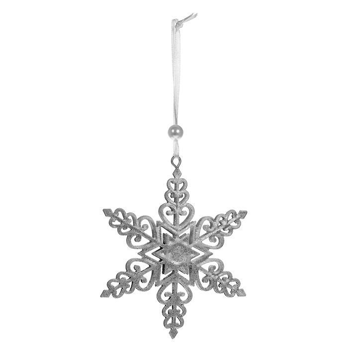 Новогоднее подвесное украшение Снежинка, цвет: серебристый. 3105731057Оригинальное новогоднее украшение выполнено из металла в виде снежинки серебристого цвета, украшенной блестками. С помощью текстильной ленточки, оформленной бусиной-жемчужиной, украшение можно повесить в любом понравившемся вам месте. Но, конечно, удачнее всего такая игрушка будет смотреться на праздничной елке.Новогодние украшения приносят в дом волшебство и ощущение праздника. Создайте в своем доме атмосферу веселья и радости, украшая всей семьей новогоднюю елку нарядными игрушками, которые будут из года в год накапливать теплоту воспоминаний. Характеристики:Материал: металл, текстиль, блестки, пластик. Цвет: серебристый. Размер украшения: 11 см х 9 см. Артикул: 31057.