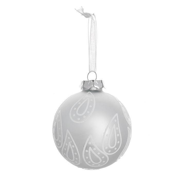 Новогоднее подвесное украшение Шар. 3051630516Изящное новогоднее украшение выполнено из стекла в виде шара, декорированного блестками. С помощью специальной петельки украшение можно повесить в любом понравившемся вам месте. Но, конечно, удачнее всего такая игрушка будет смотреться на праздничной елке.Новогодние украшения приносят в дом волшебство и ощущение праздника. Создайте в своем доме атмосферу веселья и радости, украшая всей семьей новогоднюю елку нарядными игрушками, которые будут из года в год накапливать теплоту воспоминаний. Коллекция декоративных украшений из серии Magic Time принесет в ваш дом ни с чем несравнимое ощущение волшебства! Характеристики:Материал: стекло, текстиль, блестки. Цвет: серебристый. Размер украшения: 7,5 см х 7,5 см х 8,5 см. Артикул: 30516.