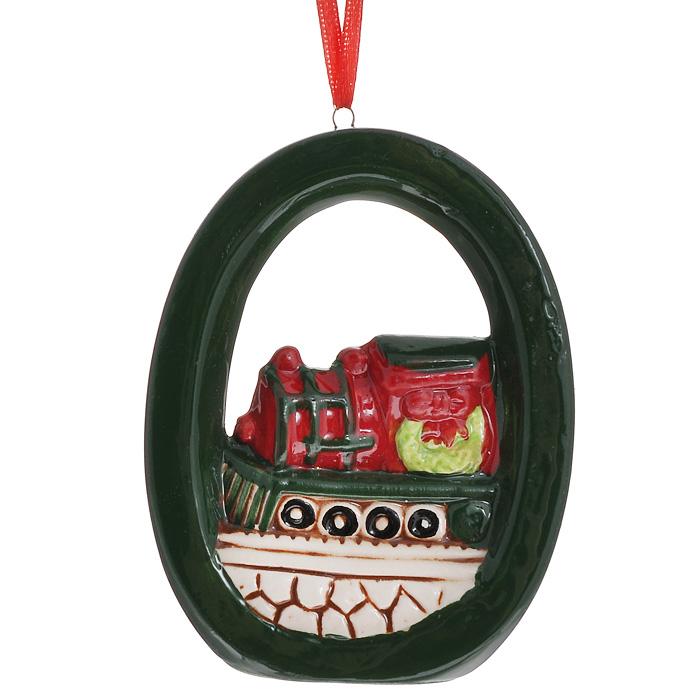 Новогоднее подвесное украшение. 3085630856Изящное новогоднее украшение выполнено из керамики и представляет собой подвеску с изображением паровоза. С помощью специальной текстильной петельки украшение можно повесить в любом понравившемся вам месте. Но, конечно, удачнее всего такая игрушка будет смотреться на праздничной елке.Новогодние украшения приносят в дом волшебство и ощущение праздника. Создайте в своем доме атмосферу веселья и радости, украшая всей семьей новогоднюю елку нарядными игрушками, которые будут из года в год накапливать теплоту воспоминаний. Характеристики:Материал: керамика. Цвет: темно-красный, зеленый. Размер украшения: 7 см х 9 см х 2 см. Артикул: 30856.