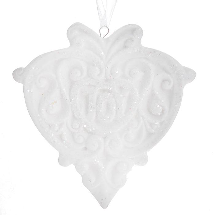 Новогоднее подвесное украшение. 3108231082Изящное новогоднее украшение в виде медальона с надписью Joy выполнено из керамики белого цвета с блестками. С помощью специальной текстильной петельки украшение можно повесить в любом понравившемся вам месте. Но, конечно, удачнее всего такая игрушка будет смотреться на праздничной елке.Новогодние украшения приносят в дом волшебство и ощущение праздника. Создайте в своем доме атмосферу веселья и радости, украшая всей семьей новогоднюю елку нарядными игрушками, которые будут из года в год накапливать теплоту воспоминаний. Характеристики:Материал: керамика. Цвет: белый. Размер украшения: 7,5 см х 8 см х 0,5 см. Артикул: 31082.