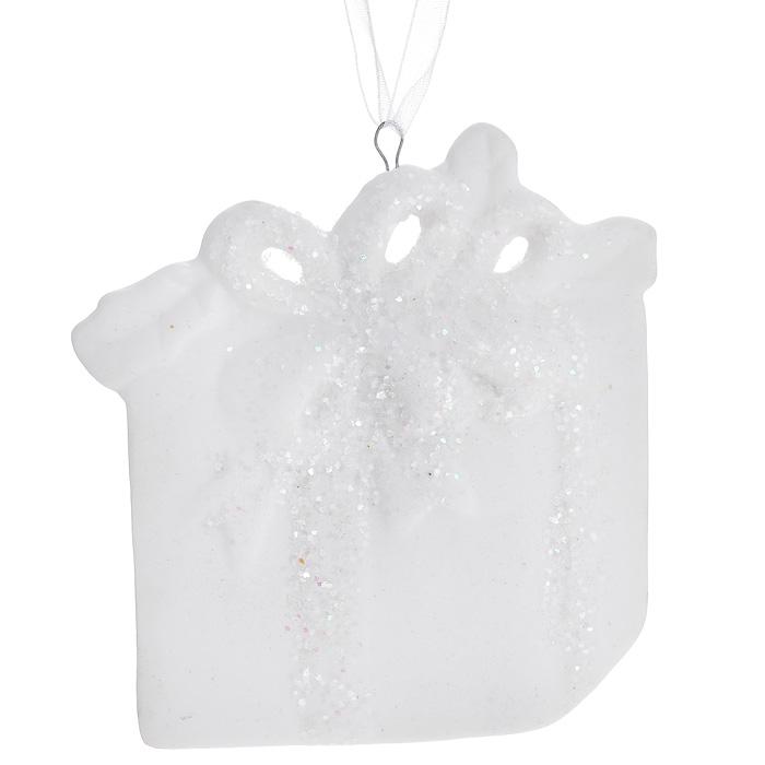 Новогоднее подвесное украшение. 3108331083Изящное новогоднее украшение в виде подарка выполнено из керамики белого цвета с блестками. С помощью специальной текстильной петельки украшение можно повесить в любом понравившемся вам месте. Но, конечно, удачнее всего такая игрушка будет смотреться на праздничной елке.Новогодние украшения приносят в дом волшебство и ощущение праздника. Создайте в своем доме атмосферу веселья и радости, украшая всей семьей новогоднюю елку нарядными игрушками, которые будут из года в год накапливать теплоту воспоминаний. Характеристики:Материал: керамика. Цвет: белый. Размер украшения: 7,5 см х 7 см х 0,5 см. Артикул: 31083.