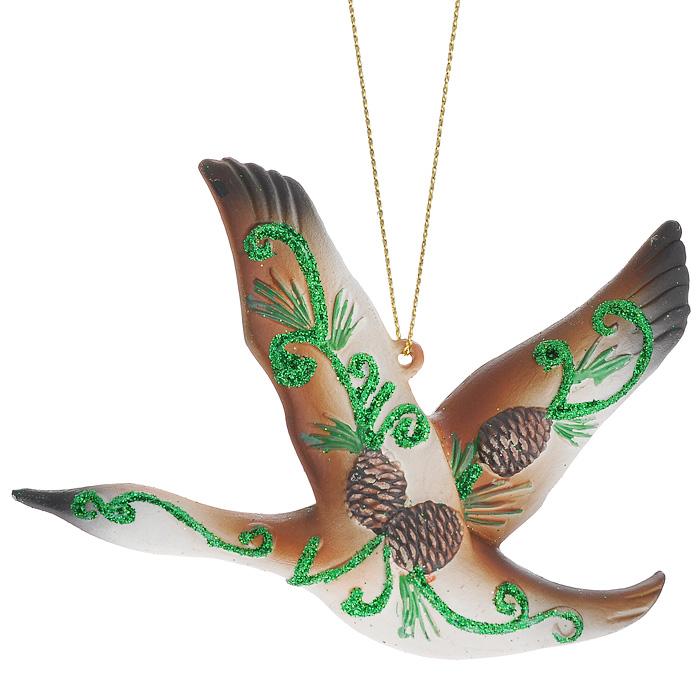 Новогоднее подвесное украшение Птица. 2587425874Изящное новогоднее украшение Птица выполнено из пластика в виде красивой птицы, декорированной глиттером иобъемным изображением сосновых веток с шишками. С помощью специальной текстильной петельки украшение можно повесить в любом понравившемся вам месте. Но, конечно, удачнее всего такая игрушка будет смотреться на праздничной елке.Новогодние украшения приносят в дом волшебство и ощущение праздника. Создайте в своем доме атмосферу веселья и радости, украшая всей семьей новогоднюю елку нарядными игрушками, которые будут из года в год накапливать теплоту воспоминаний. Характеристики:Материал: пластик. Цвет: коричневый, зеленый. Размер украшения: 12 см х 10 см х 2 см. Артикул: 25874.